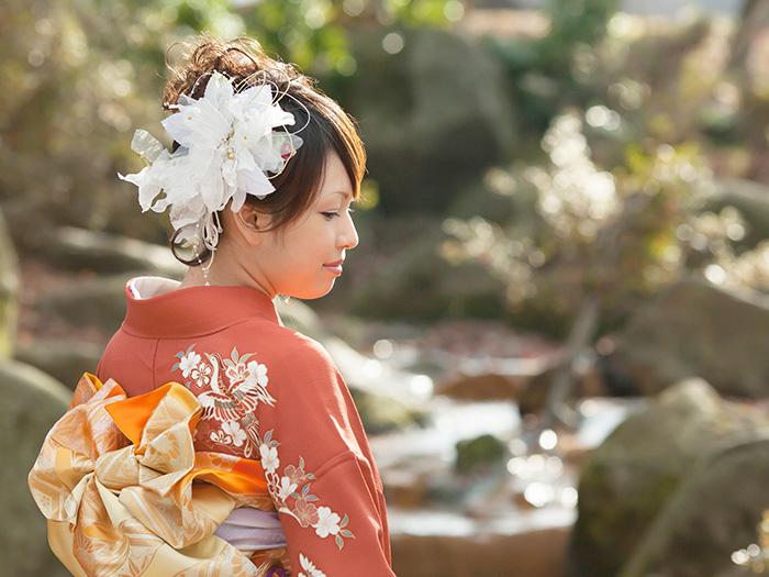 白い頭飾りの和装の女性